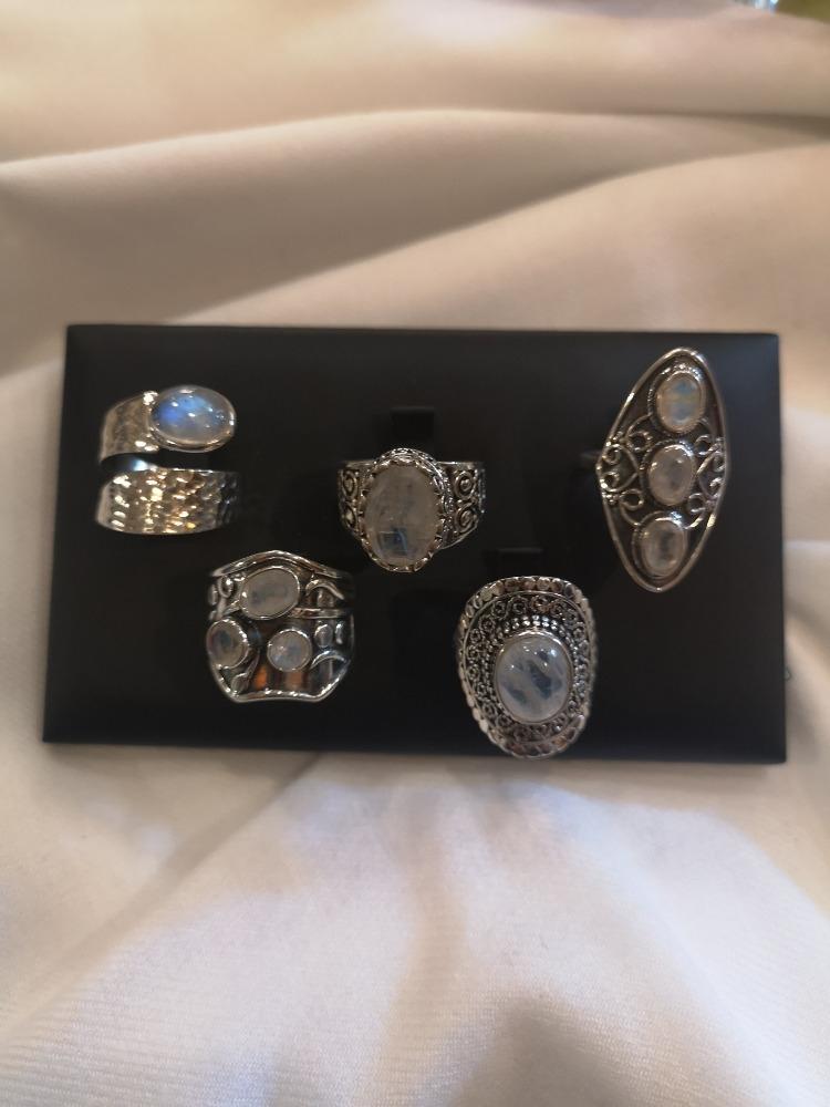 Anelli in argento con pietra di luna