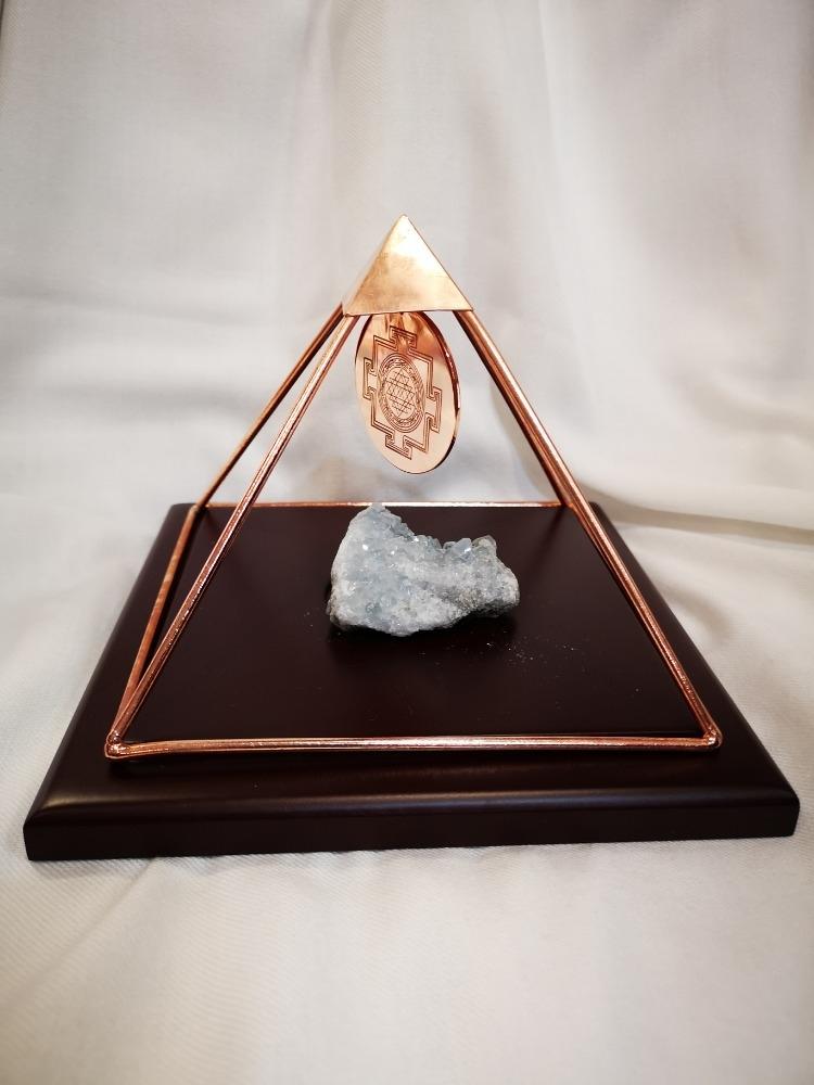 Piramide nobile con base in legno.