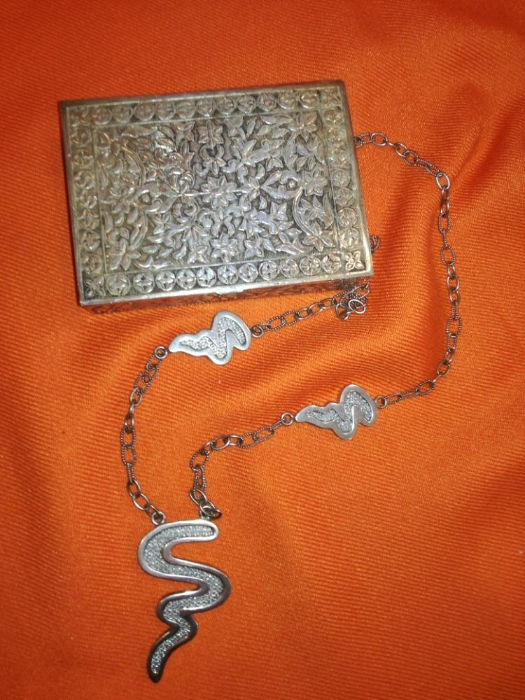 scatola e collana in argento